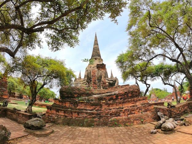 Estátua e stupa da buda em wat phra si sanphet, si ayutthaya de phra nakhon, tailândia.