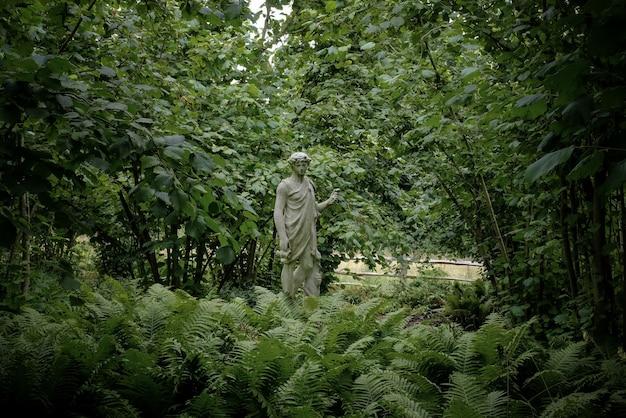 Estátua em um parque natural