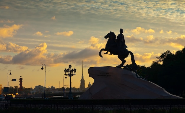 Estátua equestre de peter the great no amanhecer