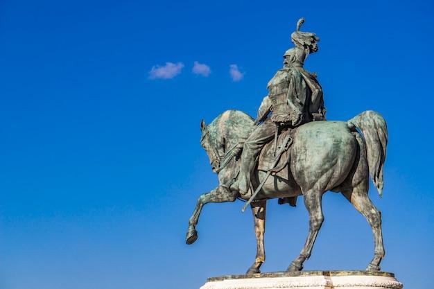 Estátua equestre de vittorio emanuele ii em vittoriano (altar da pátria) em roma, itália