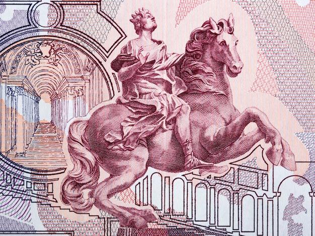 Estátua equestre (por bernini), interior da basílica de são pedro (cidade do vaticano) com dinheiro italiano antigo Foto Premium