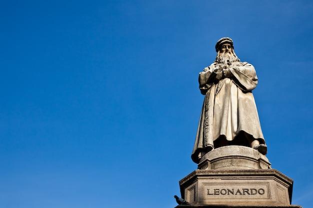 Estátua famosa de leonardo da vinci em milão (milão), piazza della scala