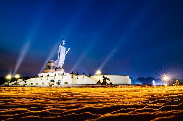 Estátua grande da buda ereta no parque de phutthamonthon na província de nakhon pathom de tailândia