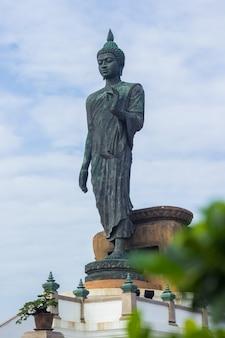Estátua grande de buddha no phutthamonthon com primeiro plano, nakhon pathom, tailândia