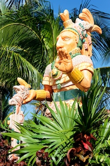 Estátua mexicana do nobre e palmeira