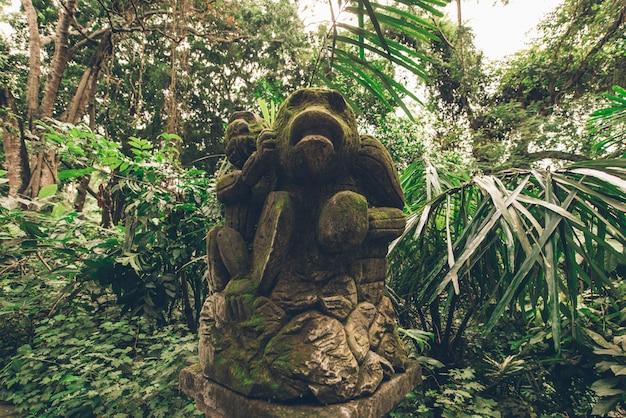 Estátua na floresta sagrada de macacos, ubud, bali