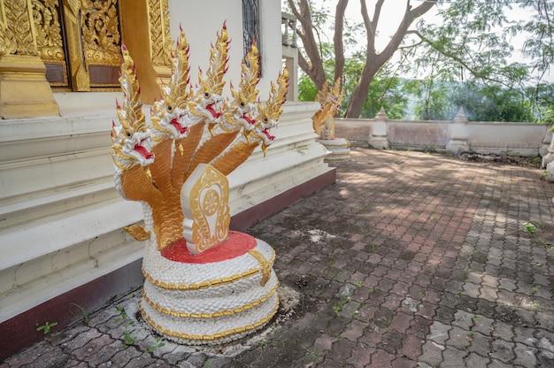 Estátua naga da ásia em phu chang noi em chiang khan loei thailad. chiang khan é uma cidade velha e um destino muito popular para turistas tailandeses