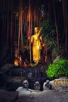 Estátua no templo wat saket.