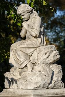 Estátua ou escultura do cemitério de pedra