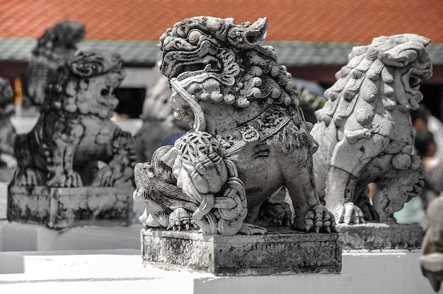 Estátua perto do templo budista wat arun em bangkok, tailândia.