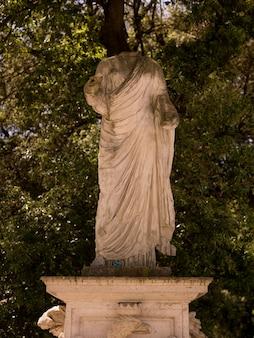 Estátua sem cabeça em roma itália