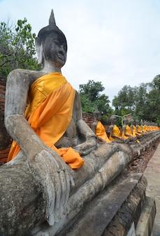 Estátua velha da buda no templo em ayutthaya, tailândia. patrimônio mundial