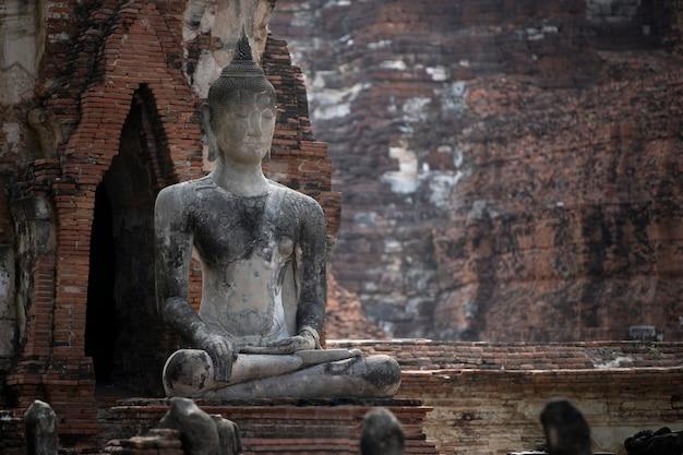 Estátua velha da buda no templo velho em phra nakhon si ayutthaya, tailândia