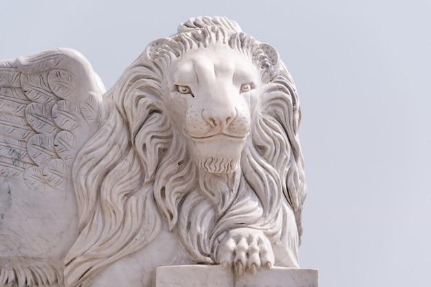 Estátua voada do leão de veneza no passeio de foinikoudes. monumento sorridente do leão, larnaca. chipre