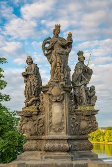 Estátuas barrocas na ponte charles de praga em um dia ensolarado