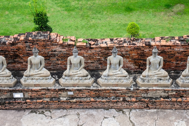 Estátuas da buda em destinos famosos e populares ayutthaya do turista de wat yai chaimongkol, tailândia.