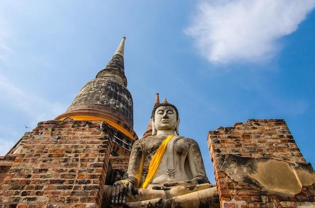 Estátuas de buda e templos.