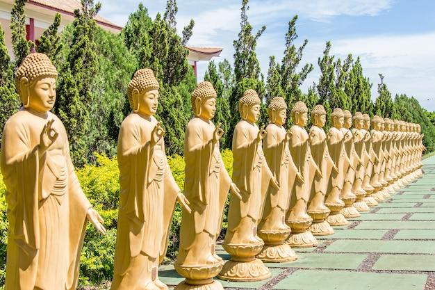 Estátuas de buda em um templo budista. foz do iguaçu, brasil.