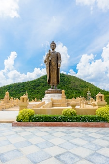 Estátuas de buda em wat thipsukhontharam, província de kanchanaburi, tailândia