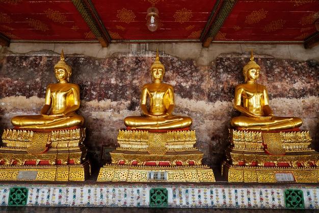 Estátuas de buda gigante de um templo em bangkok