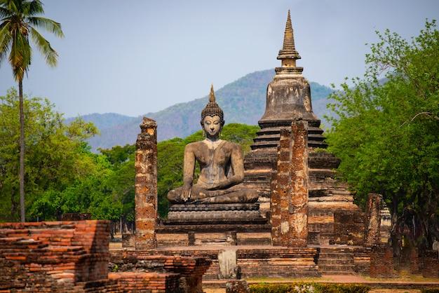 Estátuas de buda na antiga capital de wat mahathat, em sukhothai