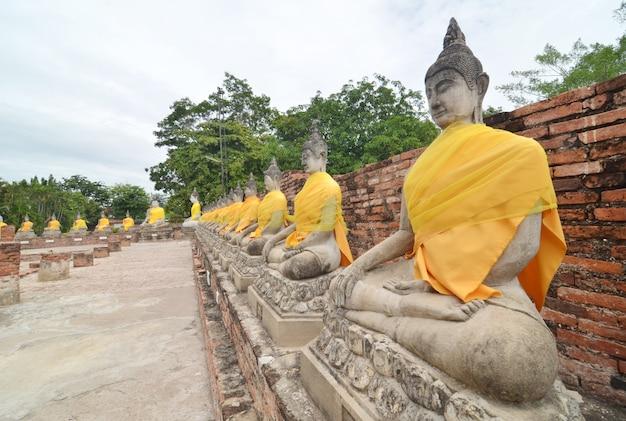 Estátuas de buda no templo de wat yai chai mongkol em ayutthaya perto de bangkok, tailândia