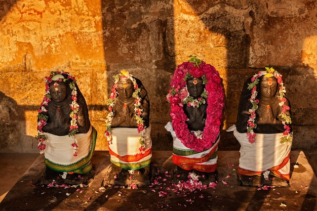 Estátuas de divindades hindus no templo de brihadishwara, tanjore thanjavur, tamil nadu, índia. templo brihadishwarar - o maior dos grandes templos vivos de chola - patrimônio mundial da unesco