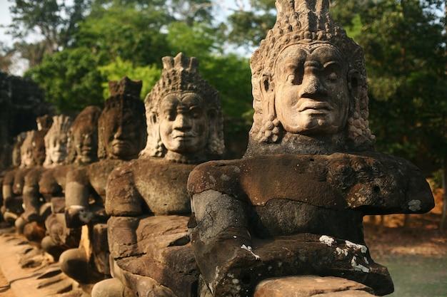 Estátuas de guardiões de angkor thom