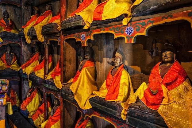 Estátuas de lama na biblioteca do mosteiro budista thiksey gompa tibetano ladakh índia