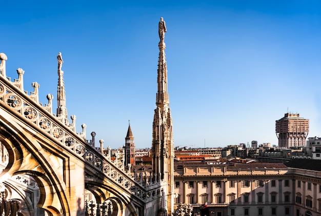 Estátuas de mármore branco no telhado da famosa catedral duomo di milano na piazza de milão, itália