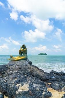 Estátuas de sereia dourada na praia de samila. marco de songkla na tailândia.