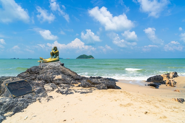 Estátuas de sereia dourada na praia de samila