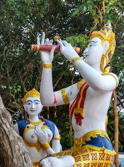 Estátuas de sereia e príncipe em samet, tailândia