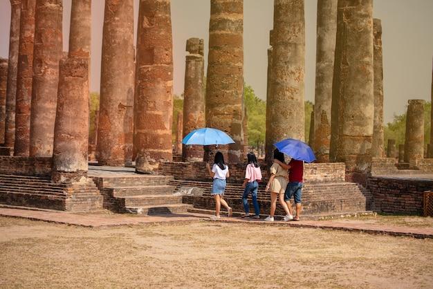 Estátuas de sukhothai wat mahathat buddha na capital antiga de wat mahathat de sukhothai, tailândia. o parque histórico de sukhothai é patrimônio mundial da unesco