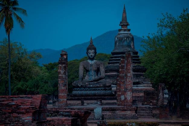 Estátuas de sukhothai wat mahathat buddha na capital antiga de wat mahathat de sukhothai tailândia.