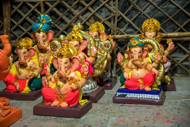 Estátuas do deus hindu ganesha durante o festival