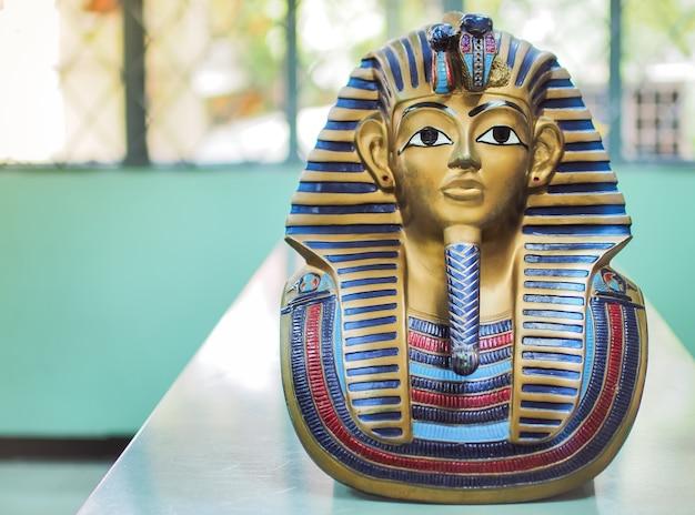 Estátuas do faraó rei, com o lugar seu texto (história, faraó, egito)