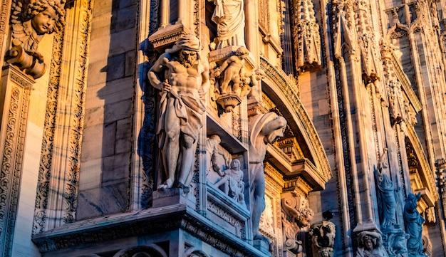 Estátuas do lado de fora da catedral de milão