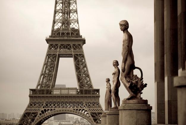 Estátuas do palácio chaillot e torre eiffel em paris frança