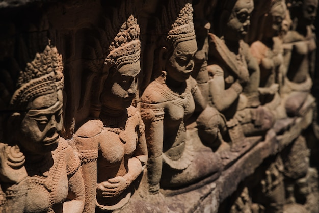 Estátuas do templo de angkor wat em siem reap, camboja