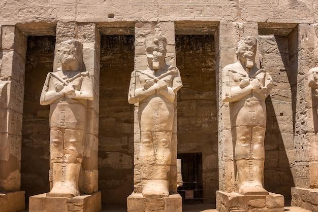 Estátuas do templo de karnak no egito