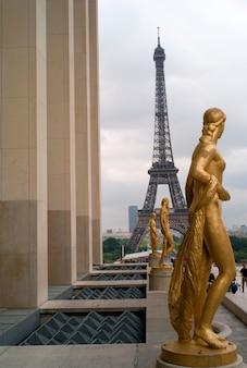 Estátuas douradas do palácio de chaillot e torre eiffel em paris frança