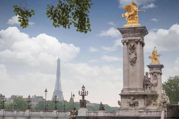 Estátuas douradas na ponte pont alexander iii, em paris