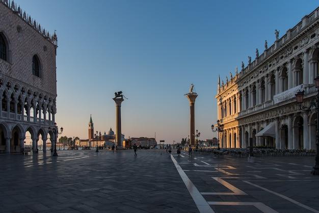 Estátuas e edifícios no palácio ducal em veneza, itália