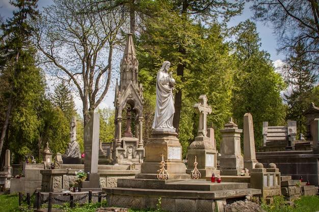 Estátuas e lápides no cemitério lychakiv em lviv, antigos túmulos e enterros