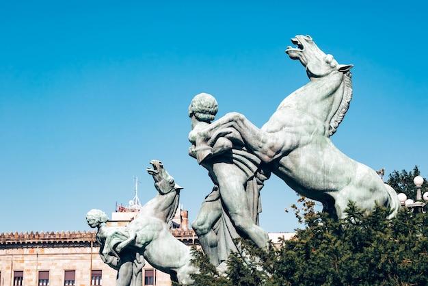 Estátuas em frente à assembleia nacional em belgrado, sérvia.