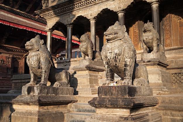 Estátuas em um templo em katmandu