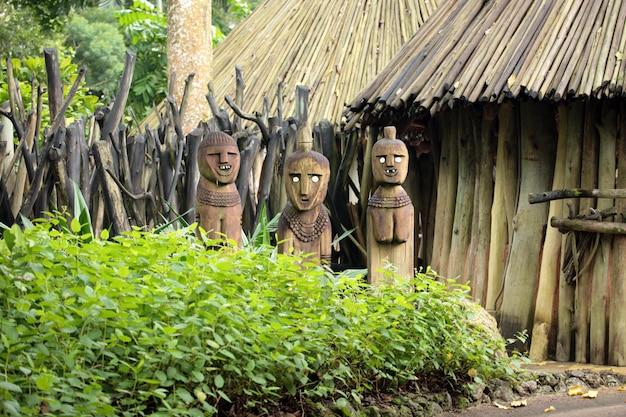 Estátuas em uma floresta
