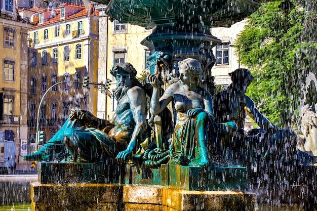 Estátuas em uma fonte na praça do rossio, lisboa, portugal