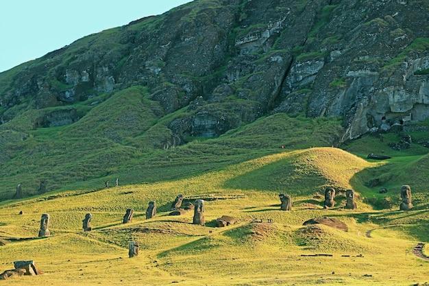 Estátuas moai na encosta do vulcão rano raraku, a lendária pedreira moai na ilha de páscoa do chile